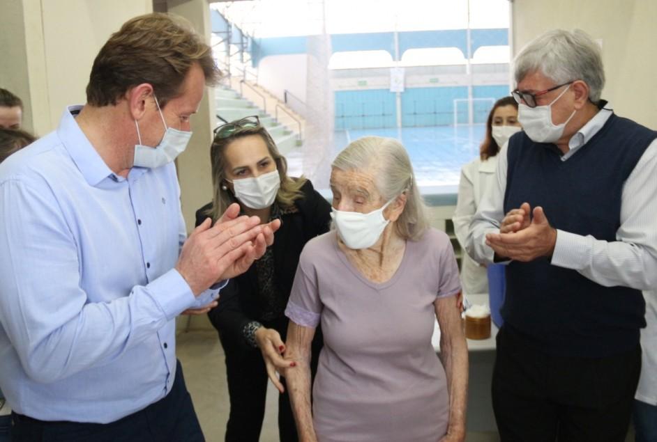 Garibaldi vacina profissionais da linha de frente e idosos contra o Coronavírus